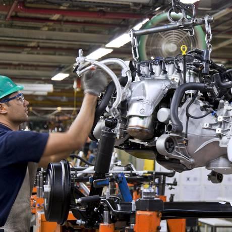 Funcionário em fábrica da GM, em São José dos Campos Foto: Marcos Issa / Bloomberg / 26/08/2010