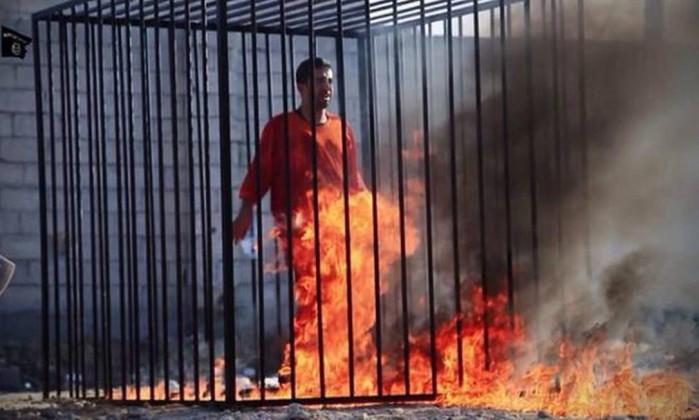 Estado Islâmico mostra piloto sendo queimado vivo