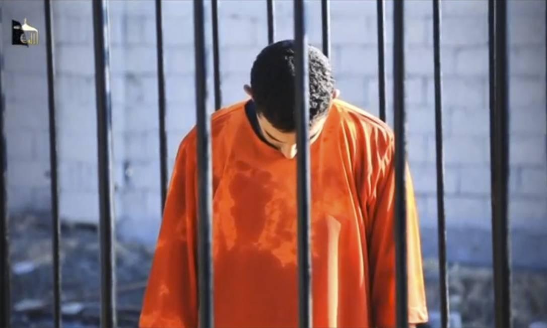 Moaz al-Kassasbeh, momentos antes de ser queimado vivo pelos militantes do Estado Islâmico. Grupo jihadista