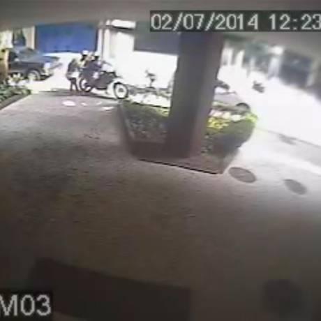 Câmera de prédio registra assalto a pedestre na Rua Sambaíba Foto: reprodução