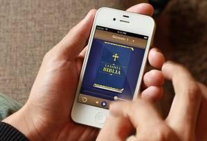 Em pesquisa na AppStore, McKendrick encontrou apenas aplicativos ruins da Bíblia em espanhol e resolveu criar uma versão melhor Foto: Reprodução/Twitter @TrevMcKendrick