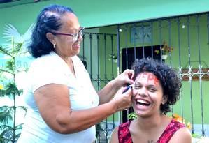 Foto mostra momento em que Maria Clara recebe trote da mãe pela aprovação na universidade Foto: Reprodução/Facebook
