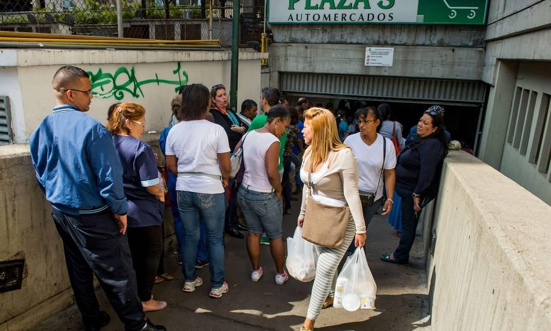 Consumidores fazem fila para as compras em Caracas Foto: FEDERICO PARRA / AFP