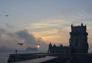 Navio de cruzeiros navega pelo Rio Tejo em frente à Torre de Belém, em Lisboa Foto: Cristina Massari / O Globo