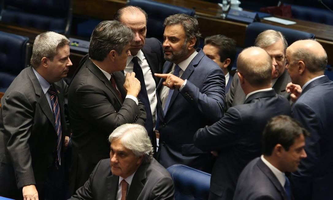 Senador Aécio Neves, com dedo em riste, ao lado de colegas do PSDB durante sessão no Senado para escolher composição da Mesa Diretora Foto: Givaldo Barbosa / Agência O Globo