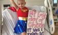 Sophia comemora último dia de tratamento com fantasia e cartaz