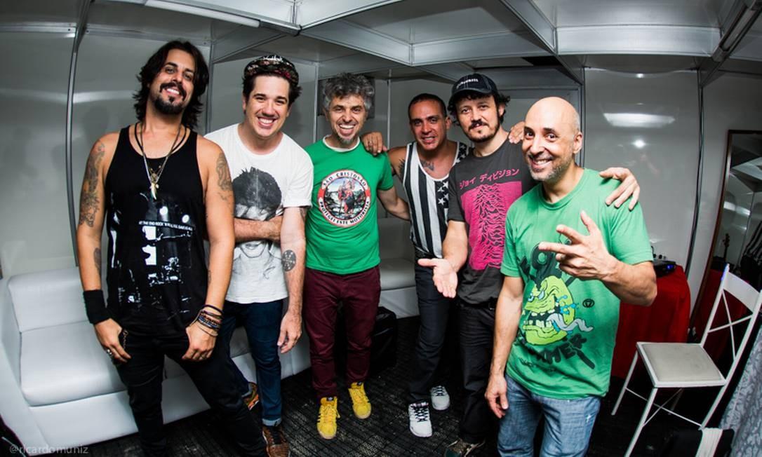 Mauro Refosco (ao centro, de verde) com o Jota Quest: palcos brasileiros nas férias Foto: Divulgação/Ricardo Muniz
