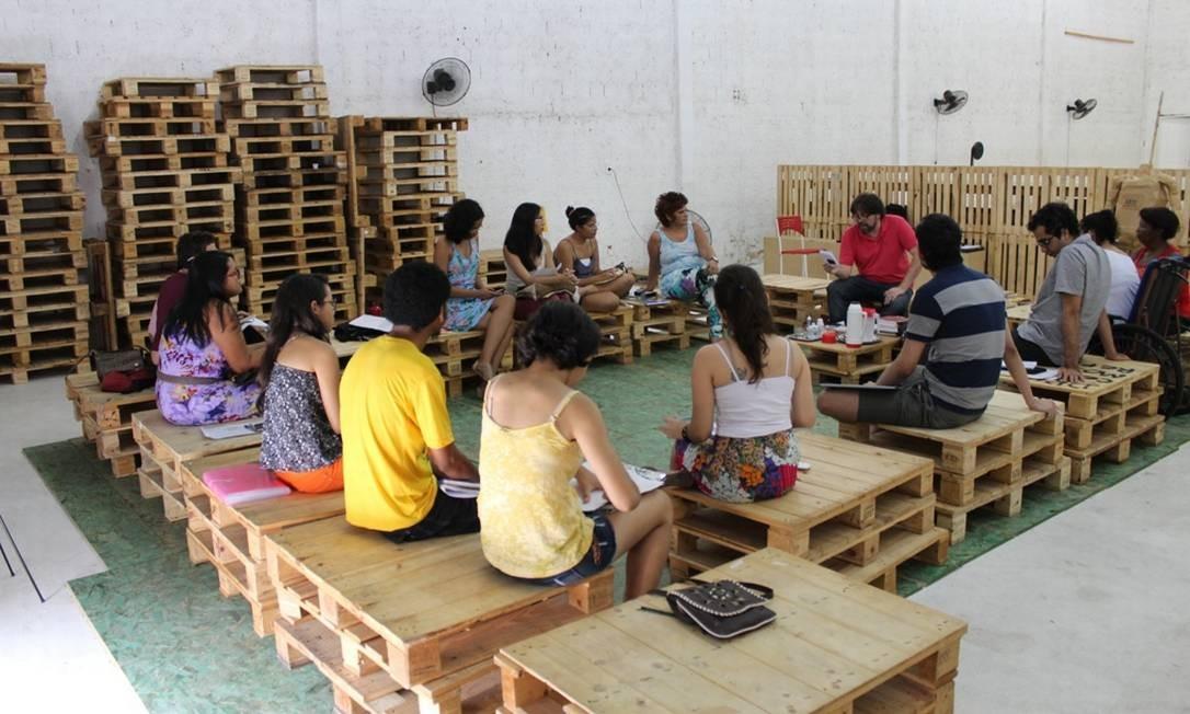"""O escritor Marcelino Freire dá uma oficina literária em Teresina, uma das muitas que ministra em cada cidade que visita dentro do projeto """"Quebras"""""""