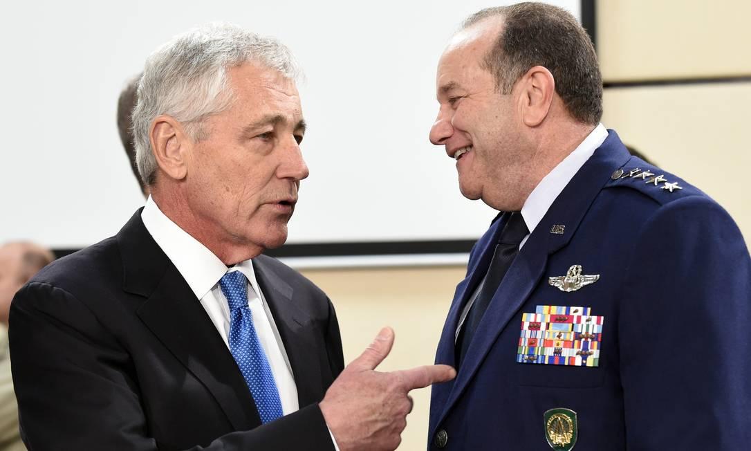 Secretário americano de Defesa, Chuck Hagel (esquerda) ao lado do general Philip Breedlove durante o encontro da Otan em Bruxelas. Pedido de envio de armas feito pelo presidente da Ucrânia, Petro Poroshenko, foi rejeitado por ministros europeus Foto: JOHN THYS / AFP