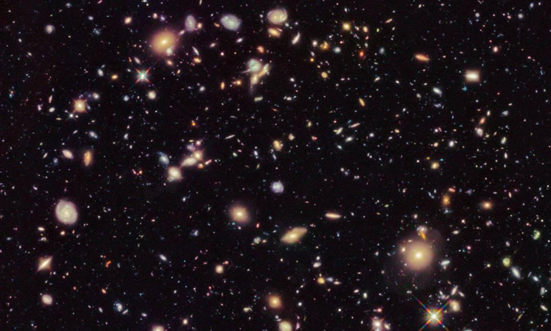 """Imagem feita pelo telescópio espacial Hubble em uma região aparentemente """"vazia"""" do céu mostra centenas de galáxias do Universo primordial, entre elas algumas das mais distantes e antigas conhecidas Foto: Nasa/ESA/Hubble"""