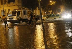 Chuva no Centro do Rio: estação chuvosa deve aumentar, assim como dias de grandes tempestades Foto: Marcos Tristão/1-2-2015