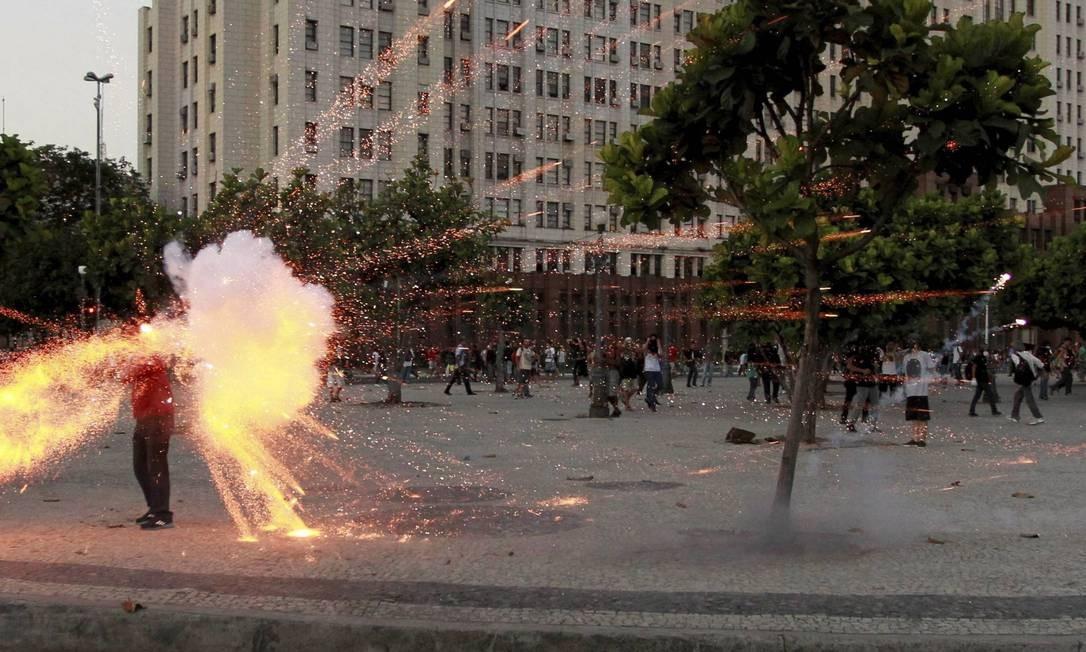 Imagem feita há um ano mostra o exato momento em que o cinegrafista Santiago Andrade é atingido por um rojão em manifestação no Rio Foto: Domingos Peixoto / Agência O Globo