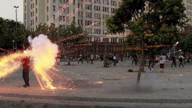 O exato momento em que o cinegrafista Santiago Andrade é atingido por um rojão em manifestação Foto: Domingos Peixoto / Agência O Globo