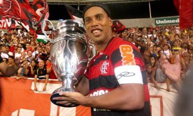Ronaldinho com a taça de campeão carioca de 2011 Foto: Ivo Gonzalez / O Globo