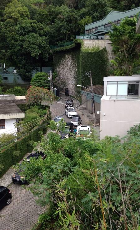 Carros apreendidos saem em comboio da mansão de Eike no Jardim Botânico na manhã de sexta-feira (6) Foto: Foto do leitor / O Globo