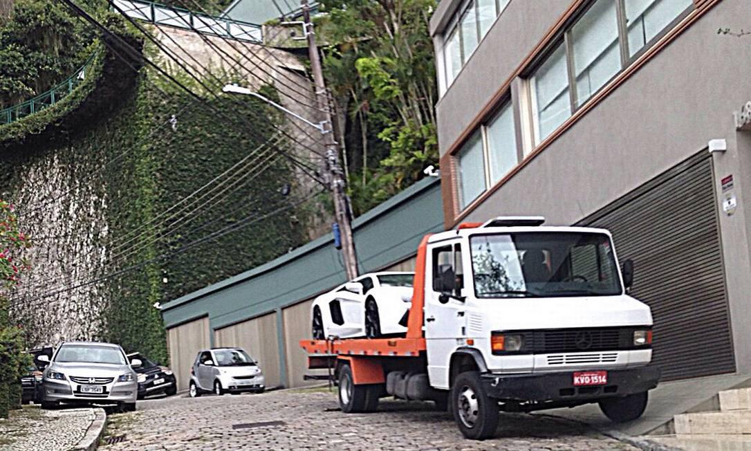 O Lamborghini foi levado por um reboque Foto: Agência O Globo