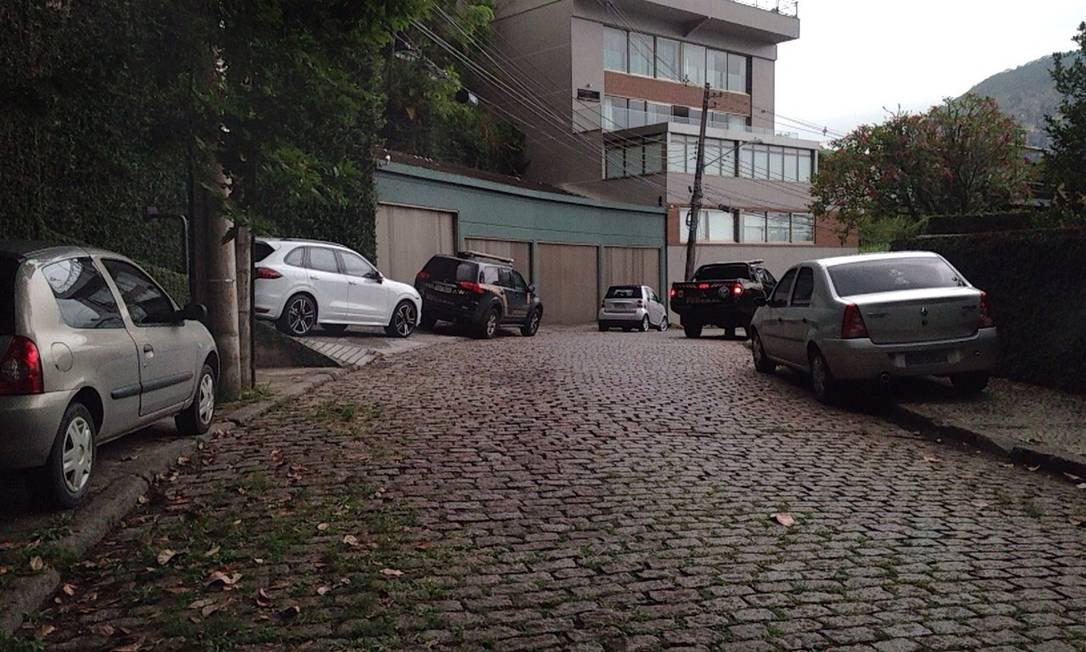 Dois carros da Polícia Federal em frente a mansão de Eike, onde foram apreendidos, ainda, R$ 90 mil em dinheiro Foto: Foto de leitor