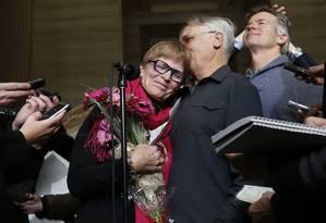 Lee Carter comemora com o marido, Hollis Johnson, decisão da Suprema Corte do Canadá de autorizar suicídio assistido Foto: CHRIS WATTIE / REUTERS