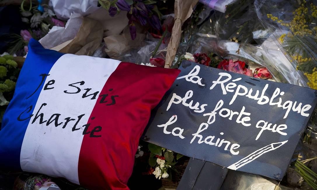 Franceses prestam homenagem às vítimas de ataque ao jornal satírico 'Charlie Hebdo' Foto: JOEL SAGET / AFP