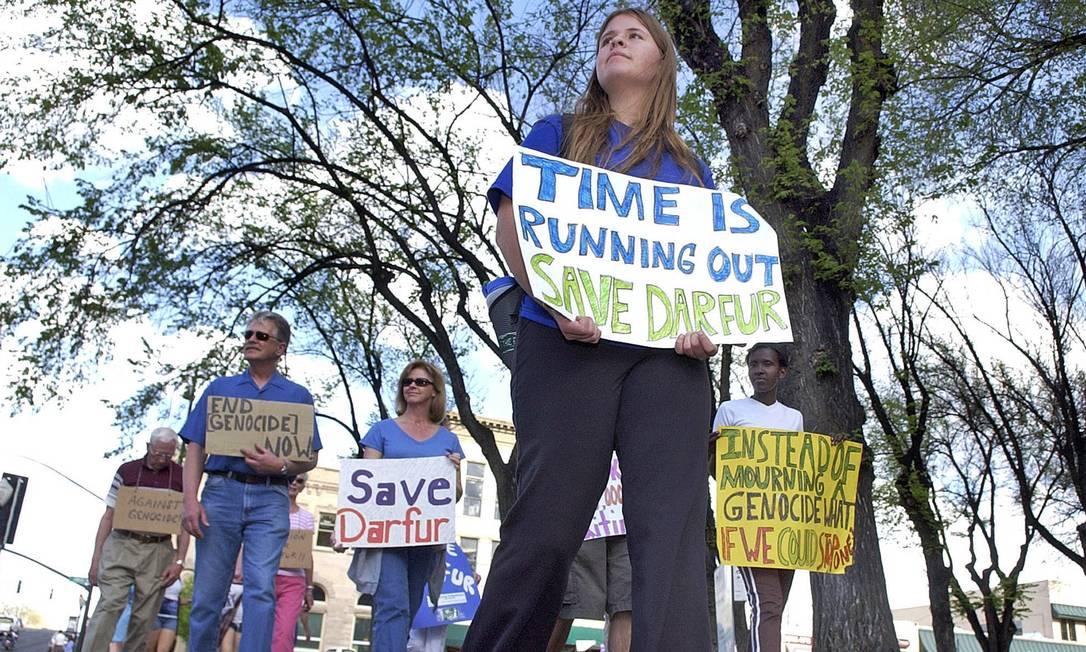 Kayla Mueller durante manifestação em Prescott, Arizona, em 2007: jovem teria morrido em ataque aéreo na Síria Foto: Nathaniel Kastelic / AP