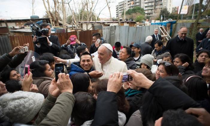 Papa rodeado por admiradores em comunidade na Itália Foto: - / AFP