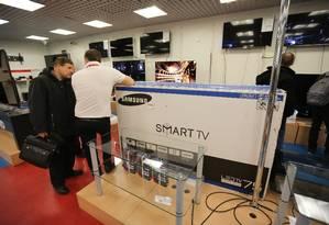 Função de reconhecimento de voz pode ser ativada ou desativada nas smart TVs da Samsung Foto: Andrey Rudakov / Bloomberg