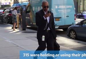 Organização New Tech City constatou: um em cada três nova-iorquinos anda pelas ruas com o smartphone nas mãos Foto: Reprodução