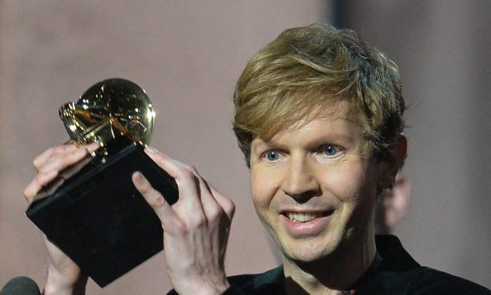 O cantor com seu prêmio no Grammy Foto: ROBYN BECK / AFP