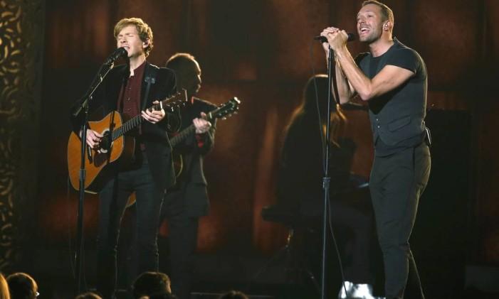 Beck e Chris Martin cantam 'Heart is a drum' no Grammy Foto: LUCY NICHOLSON / REUTERS