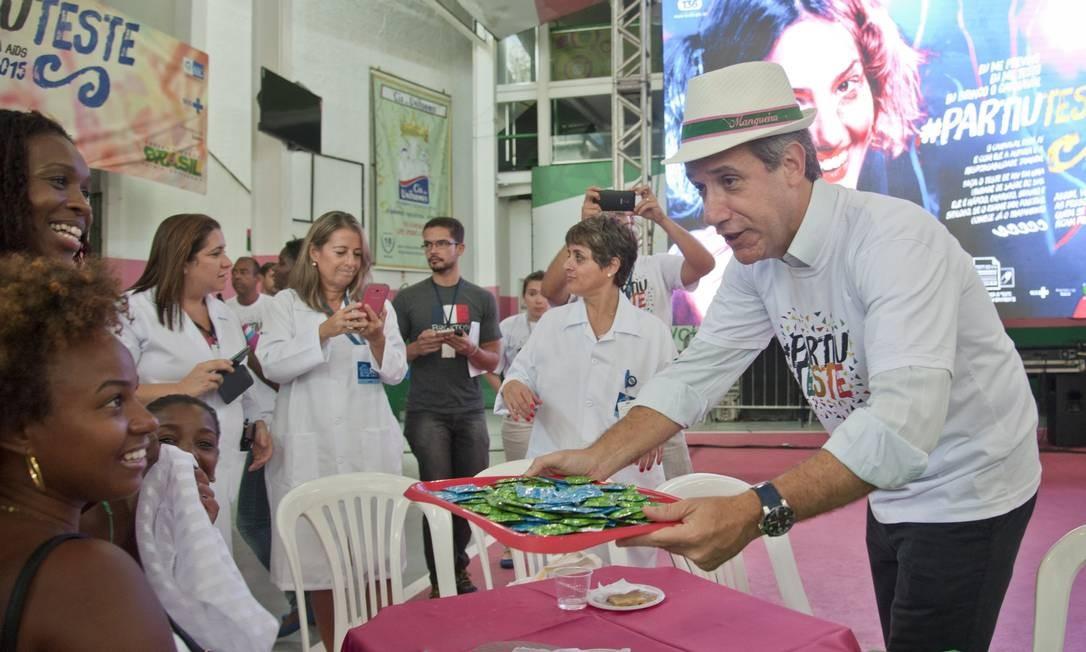 O ministro da Saúde, Arthur Chioro, distribui camisinhas no lançamento da campanha Foto: Adriana Lorete/O Globo