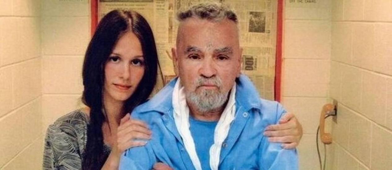 Afton Elaine Burton e Charles Manson. Jovem pretendia exibir corpo do famoso assassino como atração turística em Los Angeles Foto: California Department of Corrections