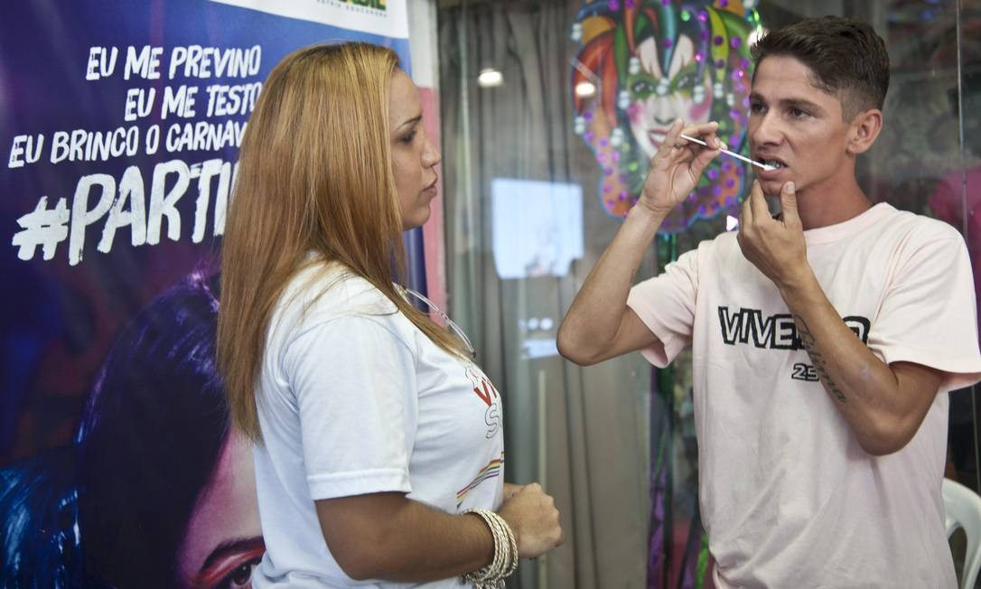 Voluntário realiza teste oral de HIV em lançamento de campanha Foto: O Globo / Adriana Lorete