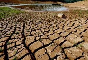 Represa Atibainha, em Nazaré Paulista, que integra o Sistema Cantareira, tem 40 bilhões de litros de água em terceira quota do volume morto Foto: Fernando Donasci / Agência O Globo