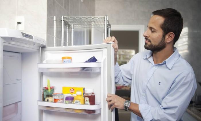 Deixar a porta da geladeira aberta por muito tempo aumenta consumo de energia. Foto: Ana Branco / Agência O Globo