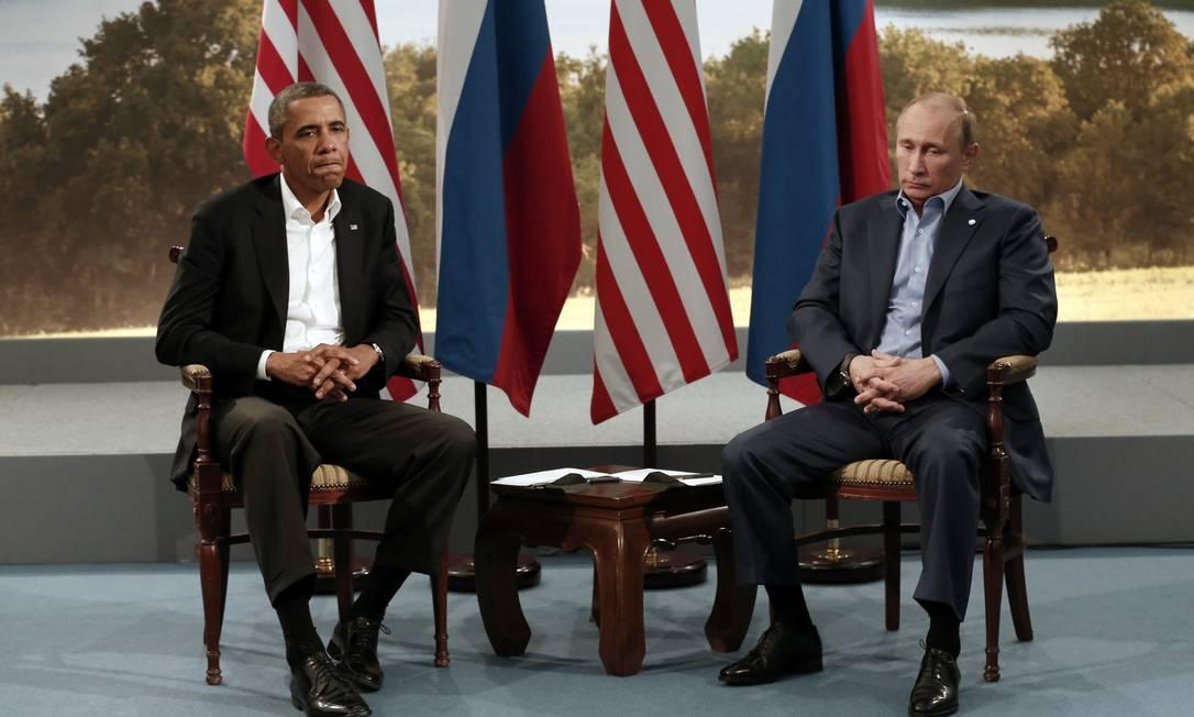 Barack Obama (esquerda) e Vladimir Putin durante o encontro do G8 em junho de 2013. Presidente americano pediu que líder russo aceite acordo de paz para reduzir conflito no Leste da Ucrânia Foto: KEVIN LAMARQUE / REUTERS