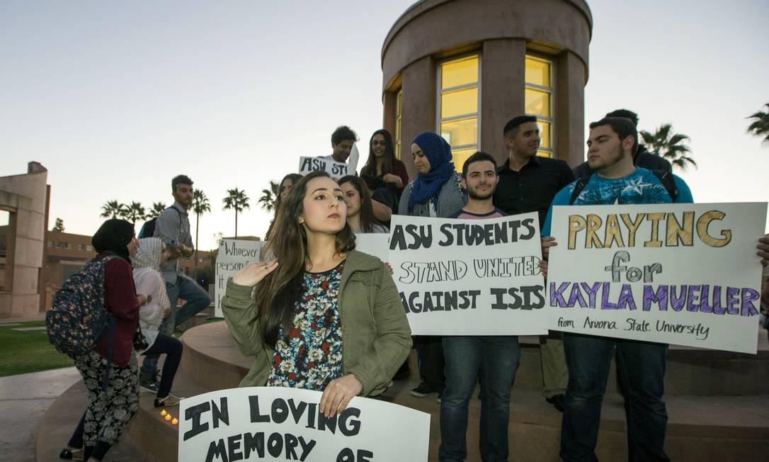 Vigília. Americanos prestam homenagem a Kayla Mueller, ativista americana morta na Síria: Pentágono confirma que Estado Islâmico é culpado e diz que há mais reféns Foto: / AP/9-2-2015