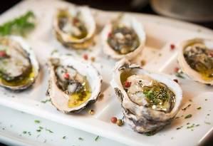No Nomangue, ostras com pimenta biquinho para esquentar o clima Foto: Divulgação