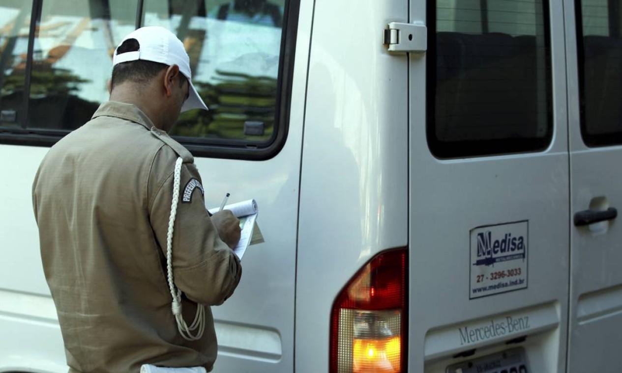 Ação tem apoio de agentes da Guarda Municipal Foto: Gabriel de Paiva / Agência O Globo