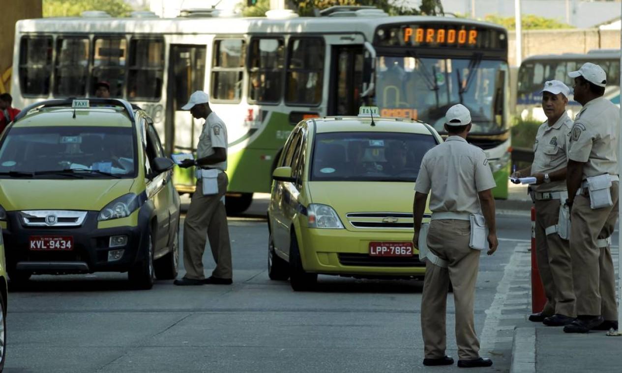 Taxistas são abordados por guardas municipais Foto: Gabriel de Paiva / Agência O Globo