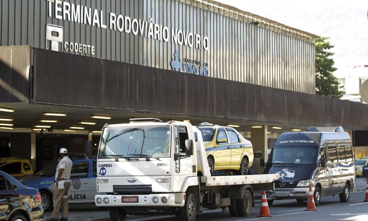 Vans e táxis piratas foram rebocados Foto: Gabriel de Paiva / Agência O Globo