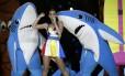 A performance da cantora, ao lado de dançarinos vestidos de tubarão, se tornou viral na web
