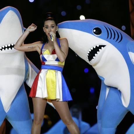 A performance da cantora, ao lado de dançarinos vestidos de tubarão, se tornou viral na web Foto: AP/David J. Phillip