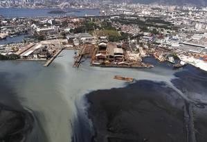Poluição no Canal do Cunha: Baía de Guanabara sofre com lixo em profusão e diversas fontes de esgoto in natura Foto: Custódio Coimbra / Agência O Globo (13/08/2014)
