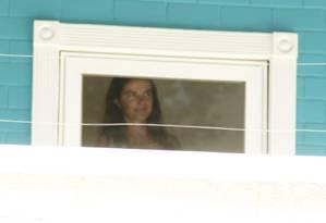 Luma de Oliveira aparece rapidamente na janela do segundo andar e acena para jornalistas Foto: O Globo / Marcelo Carnaval