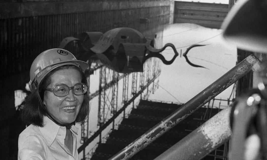 """Tomie Ohtake e a escultura """"Estrela Flutuante"""", antes de ser colocada na Lagoa Rodrigo de Freitas Foto: Arquivo O Globo / Agência O Globo"""
