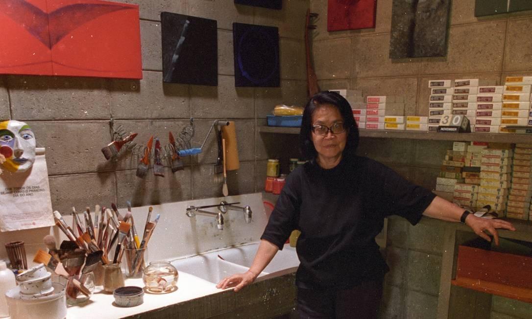 Tomie Ohtake em seu ateliê, 1994 Arquivo / Agência O Globo