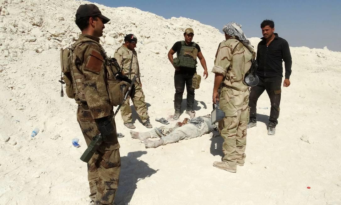 Soldados iraquianos durante operação em Ramadi. Base aérea na província de Anbar, no Noroeste do país tem sido alvo de ataques dos jihadistas Foto: AZHAR SHALLAL / AFP