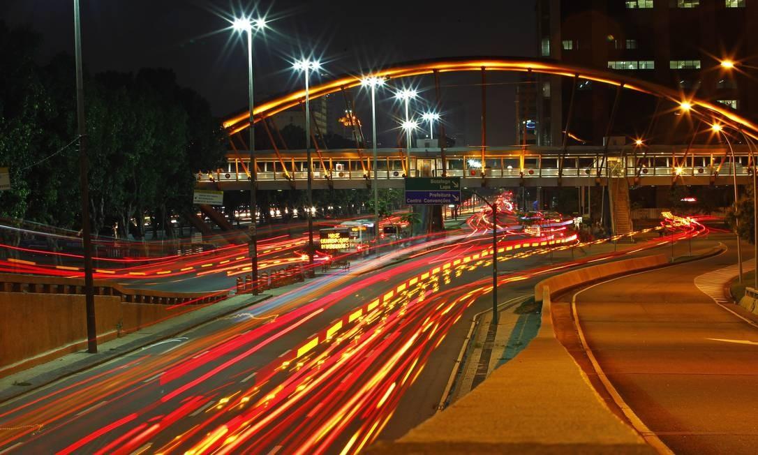 A movimentação de veículos na Avenida Presidente Vargas, no fim da madrugada desta sexta-feira Foto: Thiago Lontra / Agência O Globo