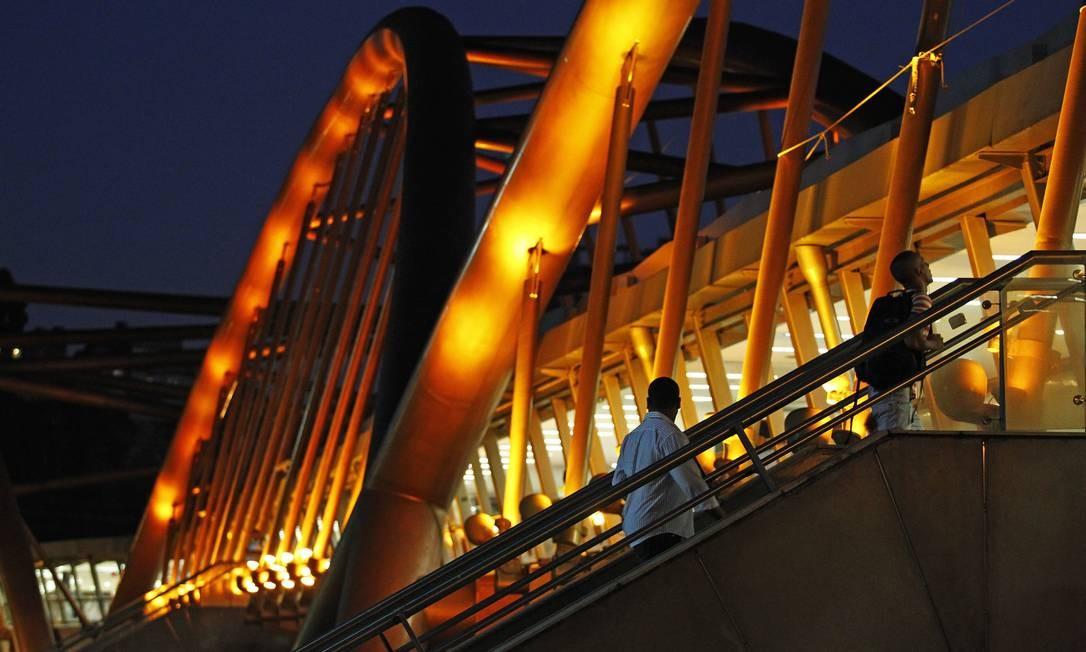 A passarela do metrô ainda iluminada na Cidade Nova Foto: Thiago Lontra / Agência O Globo