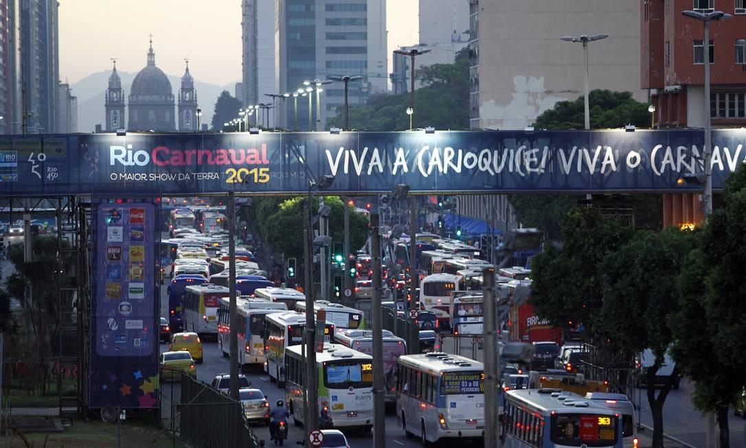 Trânsito com retenções na Avenida Presidente Vargas Foto: Thiago Lontra / Agência O Globo